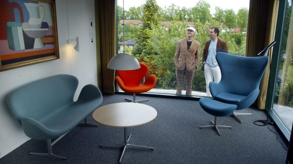 Hejste designmøbler op gennem loft   tv 2