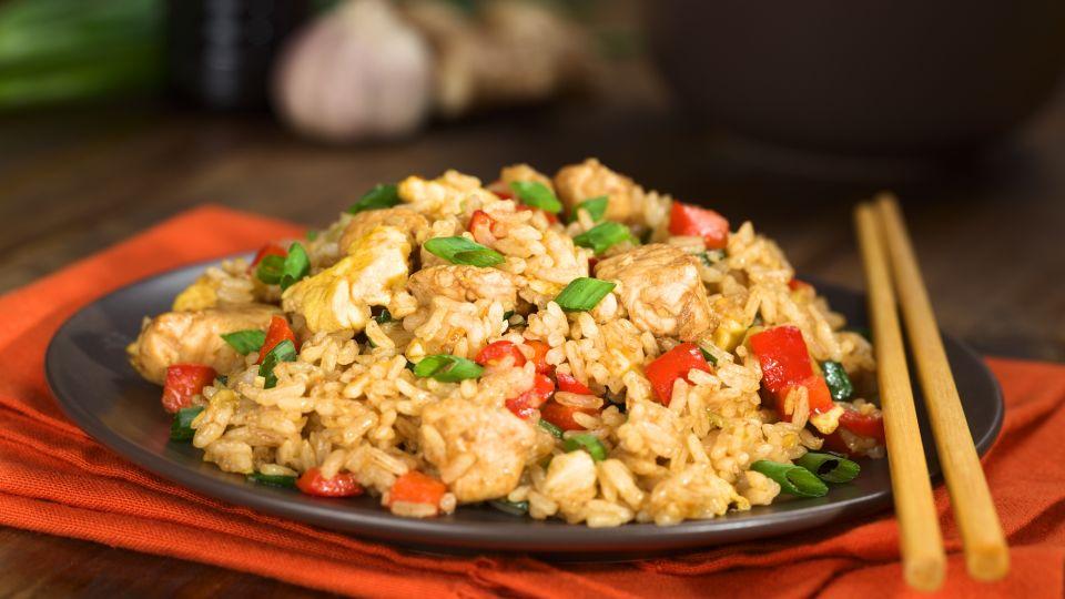Stegte Ris Med Forarsgront Og Kylling
