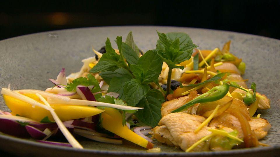 Sprød kyllingewok med grønt, græskarkerner og perlebyg - TV 2