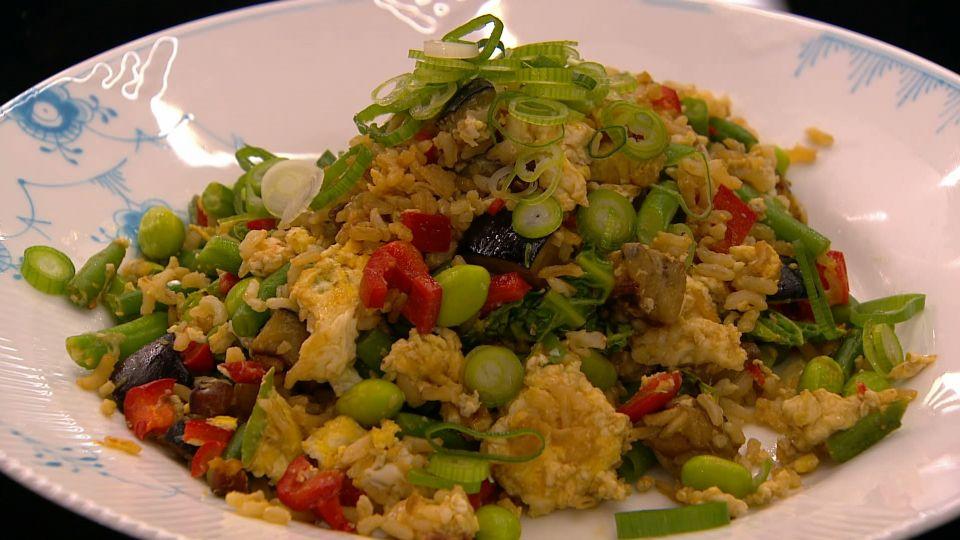 Stegte Brune Ris Med Grøntsager Og æg Tv 2